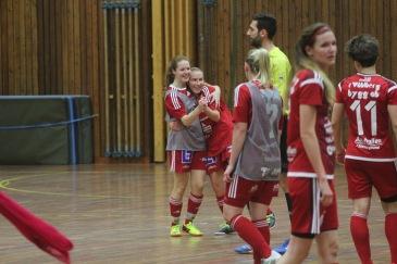 Emelie Larsson provade på spel med SIF i Bilfinger cup där laget vann hela turneringen. Nu har mittfältaren valt att även spela med laget under utomhussäsongen.